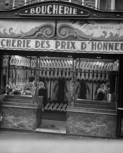 The Government of Paris kept an attentive eye on the cleanliness of food retailer's shops, particularly the butchers. This poultry shop obtained several awards